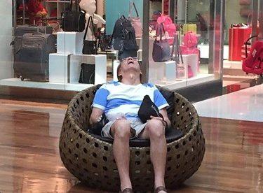 Alışveriş Yapan Eşlerini Bekleyen Erkekler