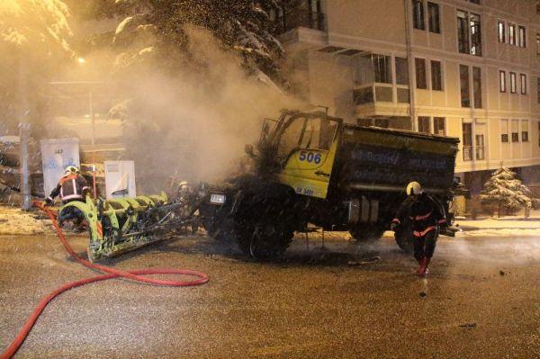 Ankara'da kar küreme aracı yandı