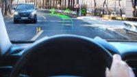 Bu akıllı navigasyon, yön bilgisini yola yansıtıyor