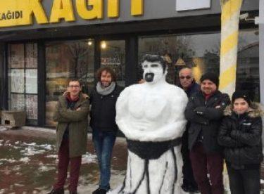 Bursa'da esnafından kardan kaslı adam