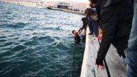Denize düşen kişiyi, suya atlayan polisler kurtardı