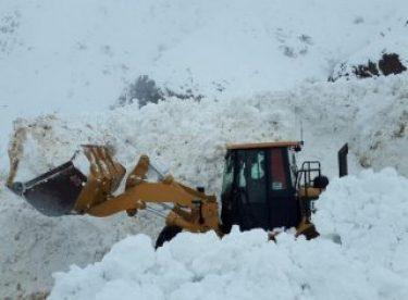 Hakkari-Şırnak Karayolu'nun 8 ayrı noktasına çığ düştü