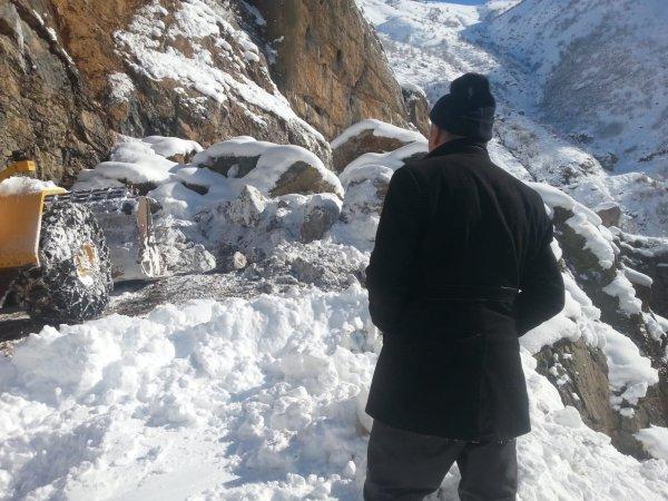 Hakkari'de köy yoluna dev kayalar düştü