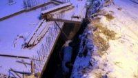 Karda kayan otomobil, inşaat boşluğuna düştü: 2 yaralı