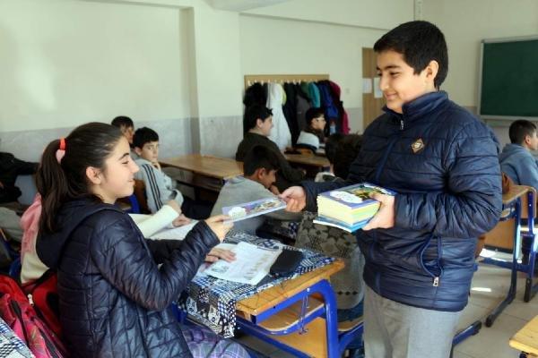 Öğrenci, kazandığı bursla arkadaşlarına 250 kitap aldı