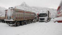 Tokat'ta tır ve kamyonlar buzlanma yüzünden yola çıkamadı