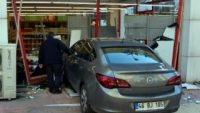 Vitesi karıştıran kadın arabayla markete girdi