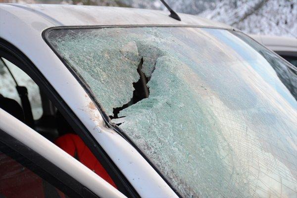 Yamaçtan kopan kaya parçası araca çarptı: 4 yaralı