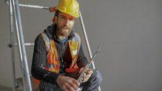 Yan flüt çalan inşaat işçisi