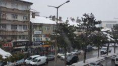 Yolda yürüyen adamın üstüne kar düştü