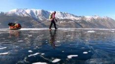 Baykal Gölü'nün üzerinde tek başına 700 km yürüdü