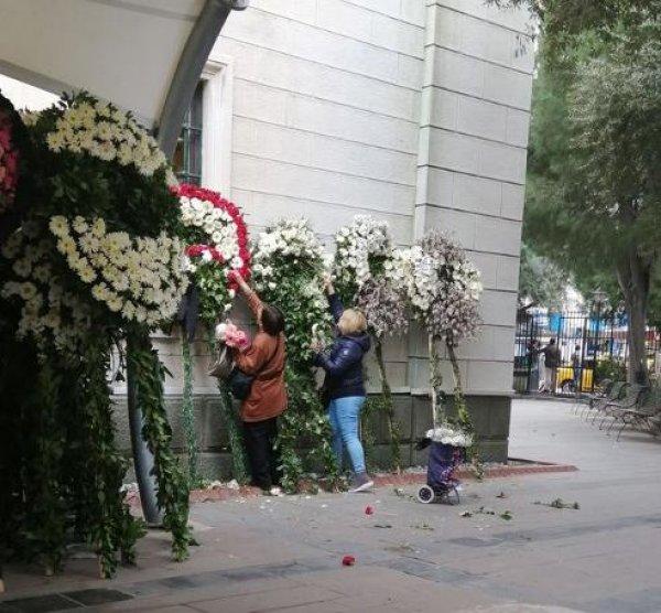 Cenazeye gelen çelenklerdeki çiçekleri kopardılar