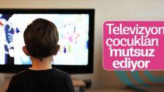 Ekranda uzun vakit geçiren çocuklar daha mutsuz oluyor