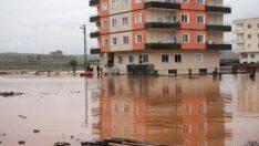 Etrafını su basan binadaki 8 kişi botla tahliye edildi