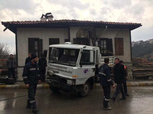 Kamyon eve çarptı, sürücü yaralandı