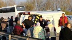 Lastiği patlayan minibüs devrildi: 17 yaralı