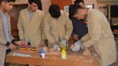 Öğrenciler eski okul sıralarından oyuncak yaptı