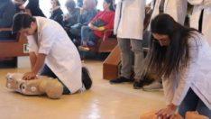 Üniversiteli öğrencilerden vapurda ilk yardım dersi