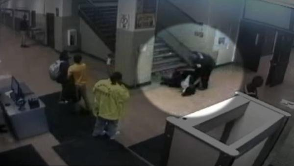 ABD polisi öğrenciyi darbetti, elektro şok verdi
